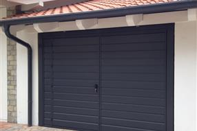 Painted grey RAL 7016, mantle EXTRA LARGE-O horizontally ribbed, pedestrian door, double automation.