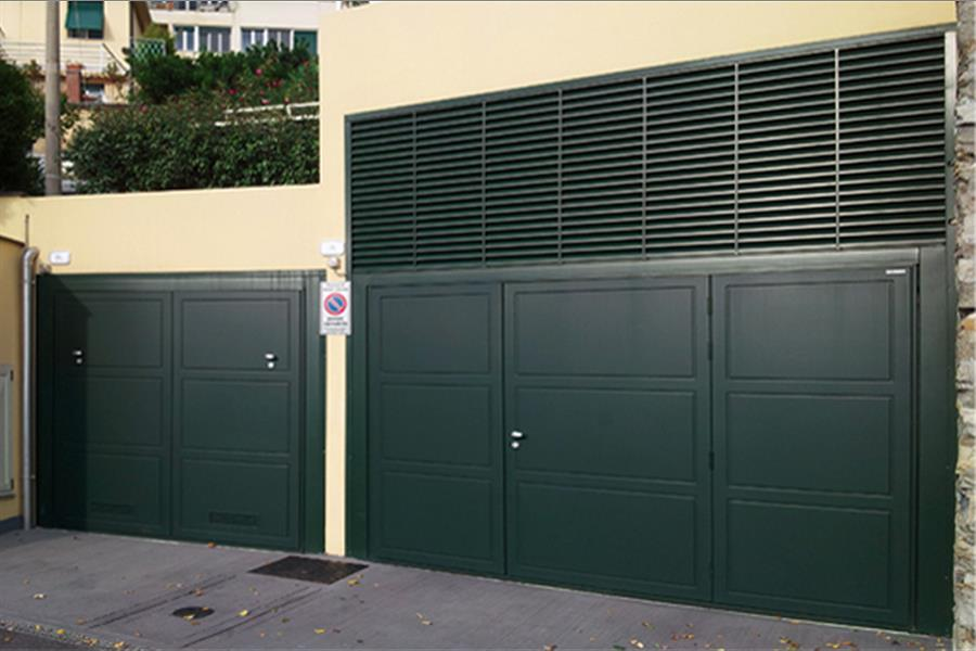 Model normal - Aesthetics Ametista</br>Filler Okoumé, lacquered Green Ral 6009, pedestrian door, automation.
