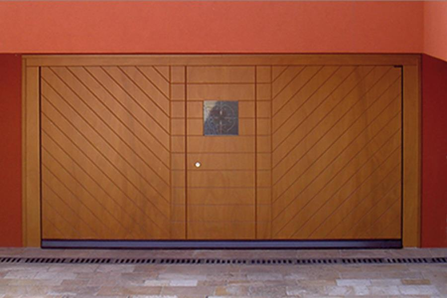 Model normal plus - Aesthetics Perla</br>Filler Okoumé, colour to sample, pedestrian door and glazed area, automation.