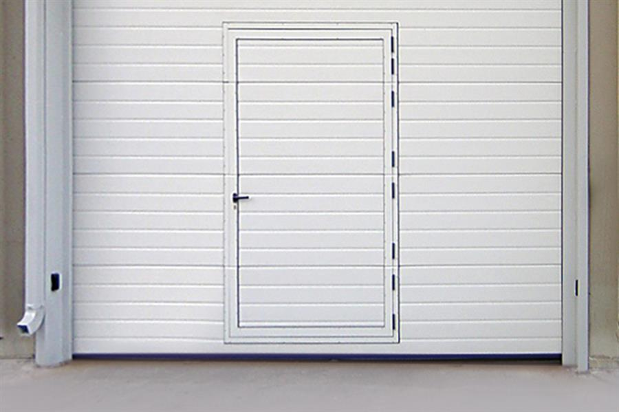 central pedestrian door with standard lower base of 20,6 cm